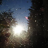Auringonsäteet osuu sadepisaroihin